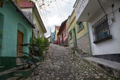 Kullerstengata i Flores Guatemala Arkivfoton