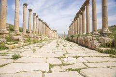 Kullerstengata med romerska kolonner Arkivbild