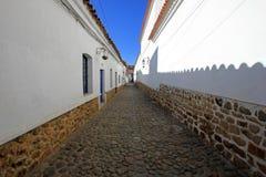 Kullerstengata och koloniala hus för vit, Sucre, Bolivia Royaltyfri Bild