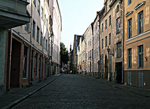Kullerstenväg gamla Tallinn Royaltyfria Foton