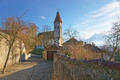 Kullerstenväg nära Thun stadskyrka i Schweiz Royaltyfri Bild
