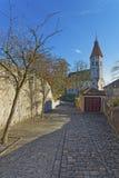 Kullerstenväg till den Thun stadskyrkan i Schweiz Arkivfoto