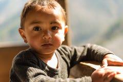Kullu, Himachal Pradesh, Índia - 1º de abril de 2019: Retrato do menino Himalaia, vale de Sainj foto de stock royalty free