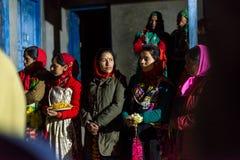 Kullu, Himachal Pradesh, Ινδία - 21 Δεκεμβρίου 2018: Γυναίκες Himachali στο παραδοσιακό φόρεμα (Pattu) στα Ιμαλάια στοκ φωτογραφίες