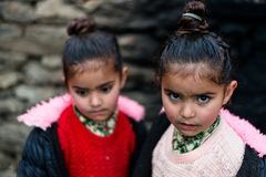 Kullu, Himachal Pradesh, Ινδία - 21 Δεκεμβρίου 2018: Φωτογραφία του φτωχού ινδικού παιδιού κοριτσιών διδύμων στα βουνά στοκ εικόνες