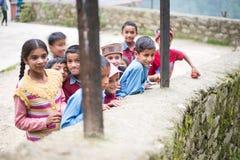 Kullu, Himachal Pradesh, Индия - 31-ое августа 2018: Дети Himachali в деревне стоковая фотография