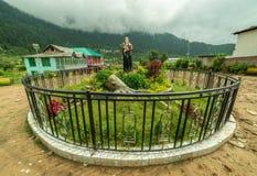 Kullu, Himachal Pradesh, Индия - 5-ое августа 2018: Индусский висок предназначенный к лорду Shiva в долине sainj стоковые изображения rf