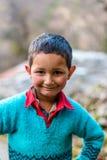 Kullu, Himachal Pradesh, Индия - 4-ое августа 2018: Фото гималайского мальчика в Гималаях стоковое фото