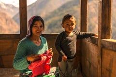 Kullu, Himachal Pradesh, Индия - 1-ое апреля 2019: Фото гималайского ребенк с его матерью в Гималаях, долине Sainj стоковые изображения rf