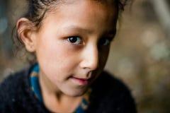 Kullu, Himachal Pradesh, Индия - Feburuary 07, 2019: Портрет гималайского ребенк в горе, sainj стоковое фото rf