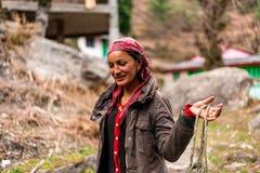 Kullu, Himachal Pradesh, Inde - 23 f?vrier 2019 : Portrait de belle femme traditionnelle de l'Himalaya indienne photos libres de droits