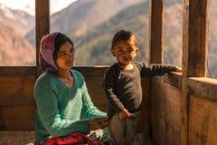 Kullu, Himachal Pradesh, Indien - 1. April 2019: Foto des Himalajakindes mit seiner Mutter in Himalaja, Sainj-Tal stockfoto