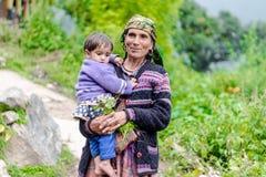 Kullu Himachal Pradesh, Indien - Augusti 31, 2018: Foto av den härliga indiska himalayan traditionella kvinnan med ungen fotografering för bildbyråer