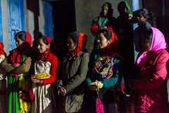 Kullu, Himachal Pradesh, Indien - 21. Dezember 2018: Himachali-Frauen im Trachtenkleid (Pattu) im Himalaja lizenzfreies stockfoto