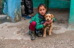 Kullu, Himachal Pradesh, Indien - 4. Februar 2019: Indischer Hund mit Kindern in Himalaja-Bergen, Himachal Pradesh stockfoto