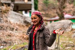 Kullu, Himachal Pradesh, Indien - 23. Februar 2019: Portr?t der sch?nen indischen traditionellen Himalajafrau lizenzfreie stockfotos