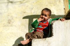 Kullu, Himachal Pradesh, Indien - 17. Januar 2019: Portr?t des Jungen im Berg, Himalajaleute stockfotografie