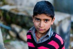 Kullu, Himachal Pradesh, Indien - 17. Januar 2019: Portr?t des Jungen im Berg, Himalajaleute stockbild