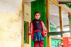 Kullu, Himachal Pradesh, Indien - 17. Januar 2019: Portr?t des M?dchens im Berg, Himalajaleute stockfotografie