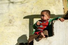 Kullu, Himachal Pradesh, la India - 17 de enero de 2019: Retrato del muchacho en la monta?a, gente Himalayan imagenes de archivo