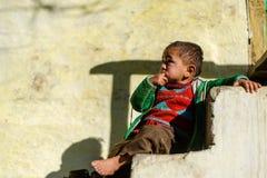 Kullu, Himachal Pradesh, la India - 17 de enero de 2019: Retrato del muchacho en la monta?a, gente Himalayan imagen de archivo