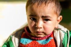 Kullu, Himachal Pradesh, la India - 17 de enero de 2019: Retrato del muchacho en la monta?a, gente Himalayan fotos de archivo libres de regalías