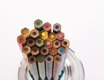 Kulöra blyertspennor i en vas Royaltyfria Foton
