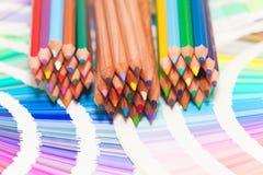 Kulöra blyertspennor och färgdiagram Arkivfoto