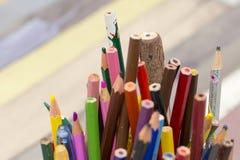 Kulöra blyertspennor är för att dra Arkivbild