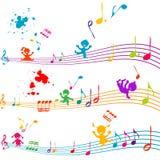 kulöra ungar som sjunger notsystemet Royaltyfria Bilder