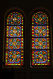 Kulört exponeringsglas, nedfläckad gotisk fönsterkyrka Royaltyfria Foton