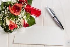Kulspetspenna Whitespace för tomt kort för röda rosor för bukett royaltyfri foto