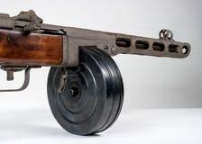 Kulsprutepistol ppsh-41 på en ljus bakgrund Royaltyfria Foton