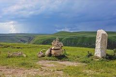 Kultów kamienie kłaść w górach na terytorium Zolsky okręg, Kabardino-Balkar republika, Rosja Fotografia Stock