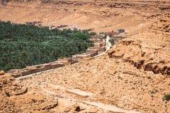 Kultiverade fält och gömma i handflatan i Errachidia Marocko Nordafrika A royaltyfria bilder