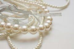 Kultiverade pärlor på vit Fotografering för Bildbyråer