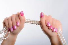Kultivierte Perlen und Nagelkunst Stockfotos