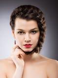 Kultiviertheit. Natürlicher umsponnener Brunette mit Locke. Haarpflege Lizenzfreie Stockfotos