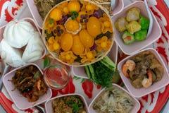 Kultur och tro av thailändsk mat och efterrätter för Buddha royaltyfri bild