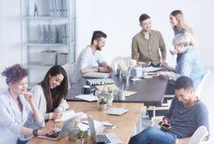 Kulturell verschiedenes Team von Angestellten stockbild