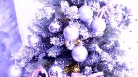 Kulturelle Tradition - Weihnachtsbaum gemacht von den künstlichen Materialien mit Spielwaren stock video