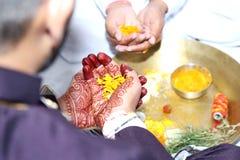 Kulturellt indiskt bröllop med roli och blommor arkivfoto