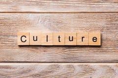 Kulturord som är skriftligt på träsnittet Kulturtext på trätabellen för din desing, begrepp royaltyfria bilder