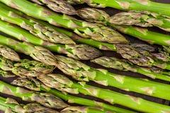 Kultywuj?cy, surowi i ?wiezi potomstwa, zieleniej? asparagusy zdjęcie royalty free