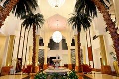 Kuluarowy wnętrze luksusowy hotel w nocy iluminaci zdjęcie stock
