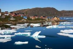 Kulusuk en liten by i Grönland Arkivfoto