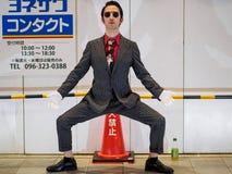 Kumamoto, Япония - 13-ое мая: Неопознанный совершитель на улицах усмехается на камере 13-ого мая 2017 в Kumamot, Японии Стоковое Изображение