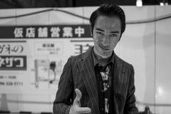 Kumamoto, Япония - 13-ое мая: Неопознанный совершитель на улицах усмехается на камере 13-ого мая 2017 в Kumamot, Японии Стоковая Фотография