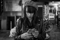 Kumamoto Japan - Maj 12: Den unga attraktiva flickan ser kameran i shoppingområde på Maj 12, 2017 i Kumamoto, Japan Royaltyfria Bilder