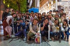 Kumamoto Japan - Maj 12: Gruppen av ungdomarposerar för kameran på Maj 12, 2017 i Kumamoto, Japan Royaltyfria Bilder